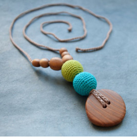 Best Babywearing Necklace in Apple & Turquoise, Oak Wood Kangaroocare