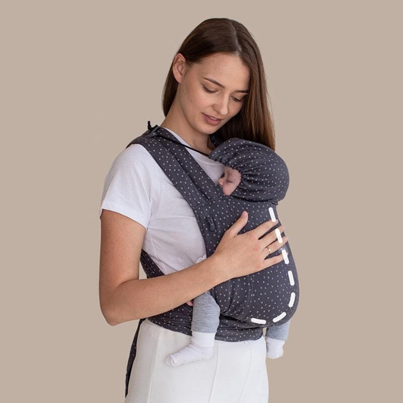"""Position physiologique dans le LoveTie+ avec le dos de bébé arrondi en """"C"""""""