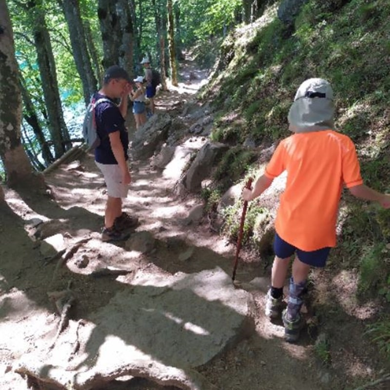 Arthur et son papa marchant en randonnée