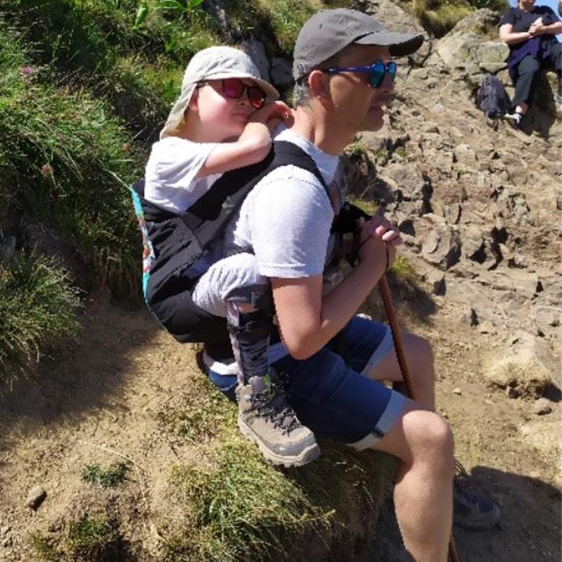 Pause dAthur et son papa pendant la randonnée avec le Big Kid de Rose And Rebellion